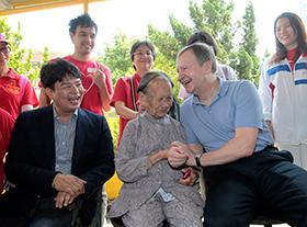 馬會行政總裁應家柏首次踏足新界郷村探訪