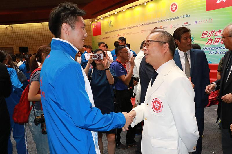 民政事務局局長劉江華(右)鼓勵伍家朗(左)再創佳績。