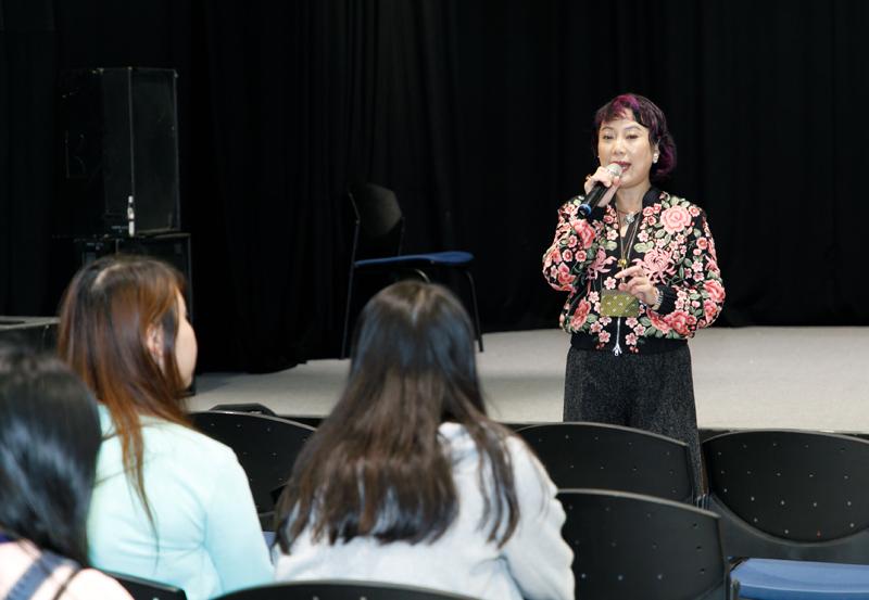 香港電台節目傳訊及節目標準組總監伍曼儀向學員講解公營廣播的職能。
