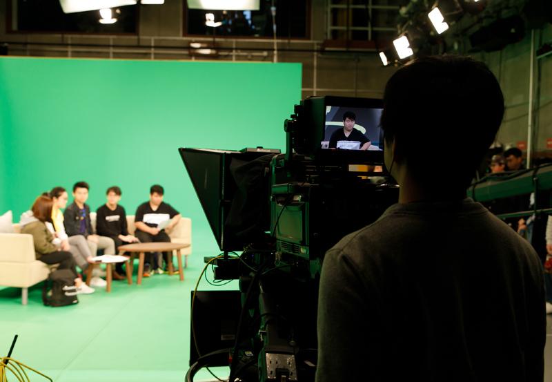 置身虛擬實境錄影廠,感受「幕前初體驗」。