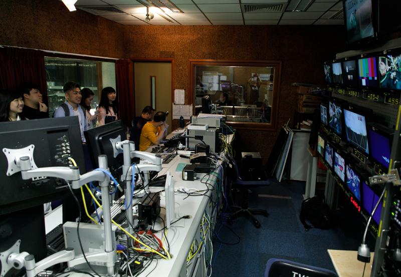 參觀控制室,從幕後崗位了解電視製作流程。