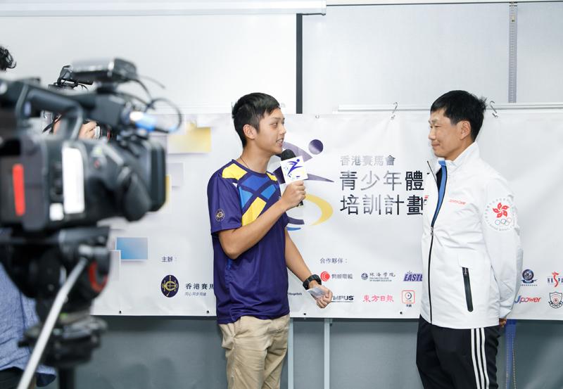 林鎮威(左)模擬採訪體育專員楊德強。