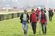南非騎師學院騎術顧問高雅志(左)陪同香港冠軍見習騎師呂卓賢(中)及其他見習騎師踏堪克爾活馬場草地跑道。