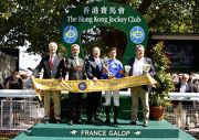 香港賽馬會行政總裁應家柏(中) 在法國賽馬會總裁Thierry Delegue (左二) 及國際賽馬組織聯盟主席Louis Romanet (左一)陪同下,頒發獎盃予香港賽馬會錦標冠軍Cantabrico的馬主、練馬師及騎師。