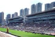 馬季開鑼日吸引眾多市民入場,場面熱鬧。