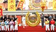 圖 1、2:<br> 香港特區政務司司長林鄭月娥大槌一揮,敲響巨型銅鑼,象徵新馬季正式展開。