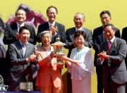 圖六、七、八:<br> 香港特別行政區政務司司長林鄭月娥女士在香港特區行政長官盃頒獎禮上,頒發獎盃、銀碟及紀念銀杯予「金滿載」的馬主王國強、練馬師苗禮德及騎師莫雷拉。