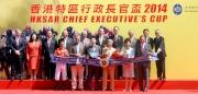 香港特別行政區政務司司長林鄭月娥女士(前排右二)、馬會主席葉錫安博士(前排右一)、馬會董事們及行政總裁應家柏(後排左一)、「金滿載」的馬主、練馬師以及騎師在香港特區行政長官盃頒獎禮上合照。
