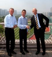 馬會首席受薪董事祁禮謙(右)及受薪董事兼牌照委員會秘書韋敦彥(左)歡迎羅理雅加入馬會騎師行列。