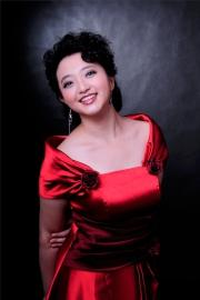 明天中午12 時正,國際知名女高音歌唱家李晶晶領唱國歌。
