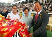 圖 3、4、5:<br> 香港特區政務司司長林鄭月娥、馬會主席葉錫安博士、行政總裁應家柏及董事一起為醒獅點睛,盛大的醒獅匯演隨即展開。