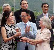 香港賽馬會主席葉錫安博士的夫人,將廣東讓賽盃的獎盃頒發予勝出馬匹「貳寶」的馬主?亨與李嘉欣。