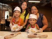 小朋友參與由馬會大廚親身指導的中秋月餅製作,每位小朋友可製作兩個迷你月餅,並將製成品與家人分享。