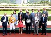 Club Chairman Dr Simon Ip (back row, 1st from right), Stewards of the Club and connections of Celebration Cup winner Gold-Fun, smile for cameras in the trophy presentation ceremony.