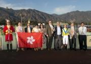 「好好計」的一眾馬主及親友與騎練於聖雅尼塔短途錦標賽頒獎禮上合照。