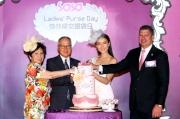 高圓圓親自裝飾3D蛋糕,並送贈主禮嘉賓,以慶祝莎莎婦女銀袋日十周年。