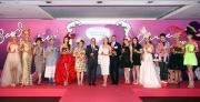 眾嘉賓互相祝酒預祝第十屆莎莎婦女銀袋日舉辦成功。