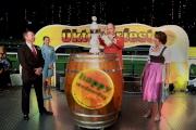 德國駐港總領事 Nikolaus Graf Lambsdorff(中)由馬會行政總裁應家柏陪同下斟滿首杯啤酒,象徵今年快活谷啤酒節正式開始。