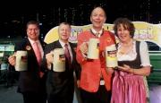 德國駐港總領事 Nikolaus Graf Lambsdorff及夫人(右一及二)、馬會行政總裁應家柏(左二)、馬會賽馬事務執行總監利達賢(左一)與現場人士一起舉杯慶祝,場面熱鬧。