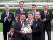 圖四、五、 六<br> 香港賽馬會董事葉澍(右)將獎盃及紀念銀碟頒予「友瑩格」的馬主楊毅、練馬師蘇保羅及騎師潘頓。