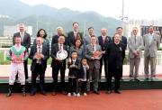 精英碗頒獎禮上,「友瑩格」的馬主、練馬師、騎師與馬會董事及行政總裁合照。