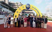 何澤堯策騎「喜寶駒」勝出國慶盃,馬主盧楚鏘先生及夫人及其親友在凱旋門拉頭馬祝捷。
