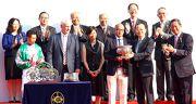 中央人民政府駐香港特別行政區聯絡辦公室副主任楊健(前排右二),將國慶盃的獎盃頒發予勝出馬匹「喜寶駒」的馬主盧楚鏘先生及夫人。