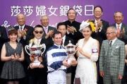 「莎莎婦女銀袋日」形象大使高圓圓在莎莎婦女銀袋賽頒獎儀式上,致送紀念盃予冠軍馬匹「包裝鬥士」的騎師杜滿萊。