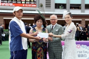 Sa Sa International Holdings Limited Chairman and CEO Dr Simon Kwok and Vice-Chairman Dr Eleanor Kwok, together with Sa Sa Ladies�� Purse Day Image Girl Gao Yuan-yuan, present a prize of HK$2,000 to the Stable Assistant responsible for Kabayan, the Best Turned Out Horse in the Sa Sa Ladies' Purse.