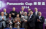 Mr Keiji Fujimoto, Executive Director of Panasonic Corporation, presents the Panasonic Cup trophy to Mr Kwok Siu Ming, the owner of winning horse Beauty Flame.