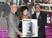 The owner of Panasonic Cup winner Beauty Flame receives a Panasonic coffee maker at the toasting ceremony.