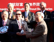 Lam Kwong Siu, Vice Chairman, BOC International Holdings Limited, presents a souvenir to winning owner Huang Kai Wen of Peniaphobia.