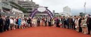 勝出莎莎婦女銀袋賽後,「包裝鬥士」的馬主李文恩及親友在凱旋門祝捷。