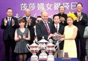 圖 7、8:<br> 梁偉妍小姐在莎莎婦女銀袋賽頒獎儀式上致送金幣予「包裝鬥士」練馬師孫達志及騎師杜滿萊。