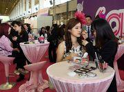 圖8, 9: 平台廣場化粧專櫃提供專業化妝指導,與女士們分享扮靚貼士。