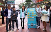 「好運之星」張繼聰及黃翠如在銅鑼灣走入人群中,測試市民的好運指數及呼籲市民參與好運1月1賽馬日。