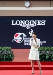 圖1、2、3:<br> 開幕綜合匯演在馬匹亮相圈舉行,樂壇天后楊千嬅傾力獻唱多支首本名曲,為大賽日揭開序幕。