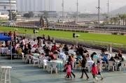 圖一, 二, 三, 四, 五:「與星相聚場畔早餐會」是不少馬迷共享天倫的好機會,同時難得可近距離觀看明天出戰浪琴表香港國際賽事的海外駿馬操練。