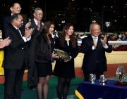 圖3,4,5,6:<br> 馬會董事周松崗爵士(圖3右一)頒發錦標及銀碟予「控制者」馬主時尚團體的代表,以及紀念品予練馬師方嘉柏的代表及騎師潘頓。