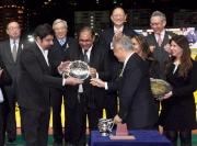 馬會董事們及行政總裁與「控制者」馬主時尚團體的代表,練馬師方嘉柏的代表及騎師潘頓在跑馬地錦標頒獎儀式上合照。