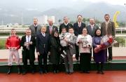 馬會主席葉錫安博士(後排右一)、眾馬會董事、行政總裁應家柏(後排左一),與「活力小駒」的馬主及騎練,於新馬錦標頒獎典禮上合照。