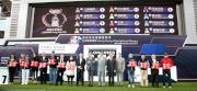 浪琴表香港盃 - 浪琴表香港盃排位抽籤完成後,主禮嘉賓與各駒的馬主、練馬師及代表合照。