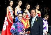 馬會主席葉錫安博士頒發銀杯予十二位參賽騎師並進行合照。
