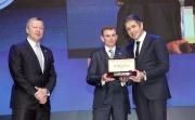 LONGINES副總裁暨國際市場總監Juan-Carlos Capelli (右) 致送浪琴表腕表予浪琴表全球最佳騎師得主莫雅。