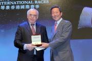 圖3, 4:<br> LONGINES總裁霍凱諾致送一枚特別版LEPINE袋錶予香港賽馬會主席葉錫安博士,慶祝香港賽馬會成立130週年誌慶。