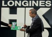 浪琴表香港瓶 - 馬主夏佳理議員為其愛駒「紅色禮物」抽得第8檔。