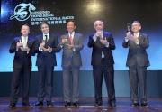 各主禮嘉賓在派對上向來賓祝酒。<br> (左起)香港賽馬會行政總裁應家柏、LONGINES副總裁暨國際市場總監Juan-Carlos Capelli、香港賽馬會主席葉錫安博士、LONGINES總裁霍凱諾、香港賽馬會副主席周永健。