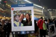 觀眾拍攝心水騎師照片一張,寫上打氣語句並上傳至Facebook或Instagram,可獲精美禮品及國旗煲呔一份。