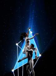 圖7, 8, 9:<br> 舞蹈員呈獻以舞蹈結合視覺藝術,互相精確配合的優雅表演。