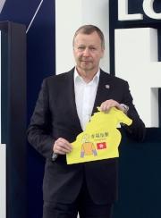 浪琴表香港短途錦標 - 馬會行政總裁應家柏啟動浪琴表香港短途錦標的排位抽籤程序,抽出首匹進行排位的參賽馬。
